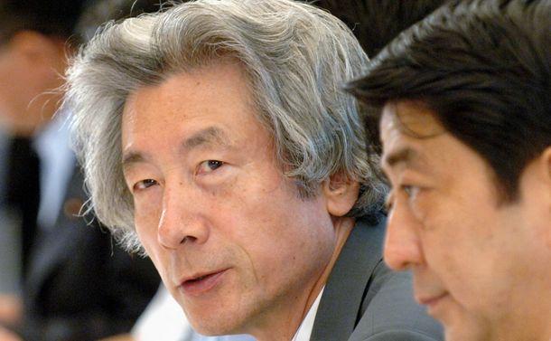 写真・図版 : 小泉純一郎首相と安倍官房長官(右)=2006年7月4日、都市再生本部の会議
