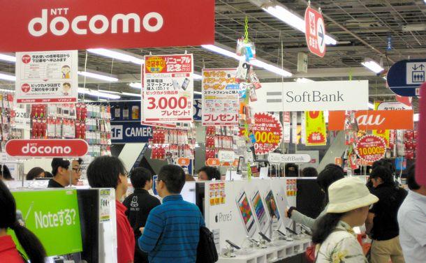 家電量販店の携帯電話コーナー=2013年、東京都豊島区のビックカメラ池袋店
