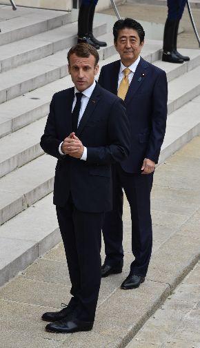 写真・図版 : マクロン仏大統領と安倍晋三首相=2018年10月17日、パリの大統領府