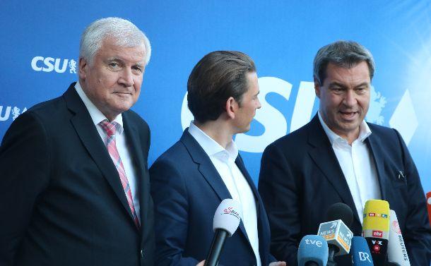写真・図版 : 選挙戦について記者会見するCSUのゼーホーファー党首(左)とゼーダー・バイエルン州首相(右)=2018年10月12日、ミュンヘン