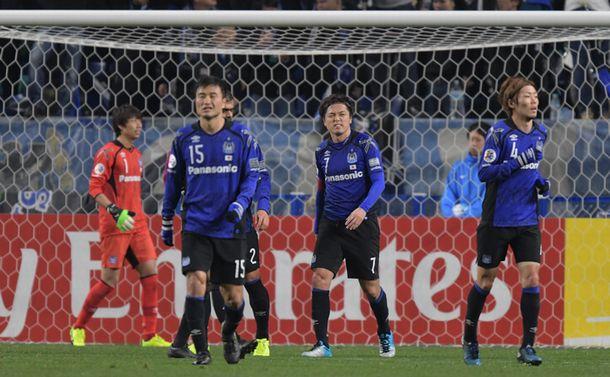 写真・図版 : ACL・済州戦の前半、先制点を奪われ肩を落とす遠藤(中央)らガンバ大阪の選手たち=2017年3月1日、吹田スタジアム