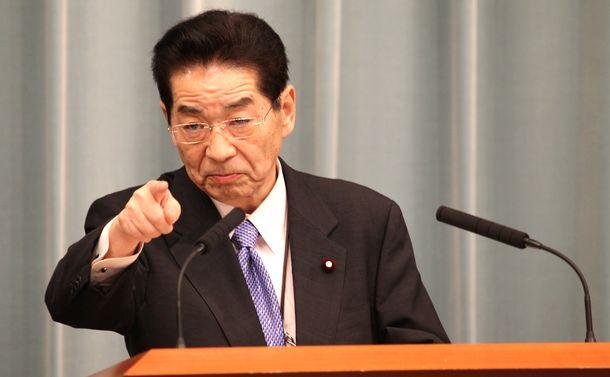 写真・図版 : 官房長官として記者会見に臨む仙谷由人氏=2010年11月10日、首相官邸