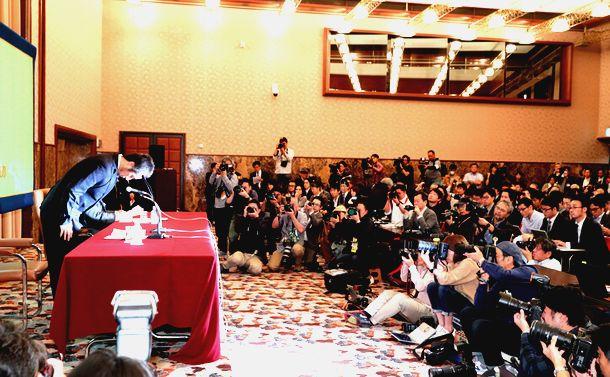 写真・図版 : 謝罪する安田純平さん(左)を取り巻く報道陣=2018年11月2日