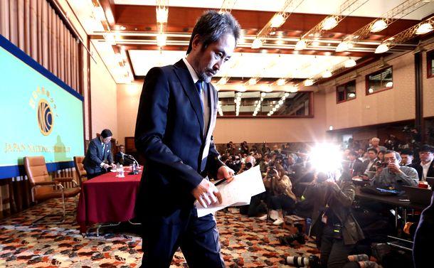 写真・図版 : 日本記者クラブでの会見を終えて引き揚げる安田純平さん=2018年11月2日
