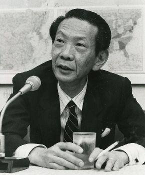 写真・図版 : 外務事務次官に就任して記者会見をする栗山尚一氏= 1989年8月18日、外務省