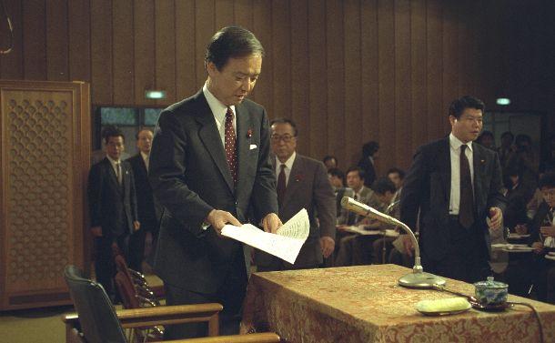 写真・図版 : 退陣を正式表明した海部俊樹首相= 1991年10月5日、首相官邸