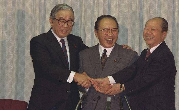 写真・図版 : 自民党総裁選に立候補。共同記者会見後、握手する、左から三塚博、渡辺美智雄、宮沢喜一の3氏 =1991年10月19日、自民党本部