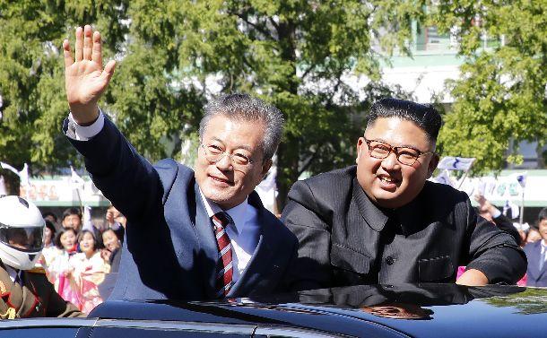 9月に行われた今年3回目の南北首脳会談に際し、沿道の市民に手を振る韓国の文在寅大統領(左)と北朝鮮の金正恩朝鮮労働党委員長=2018年9月18日、平壌。平壌写真共同取材団撮影