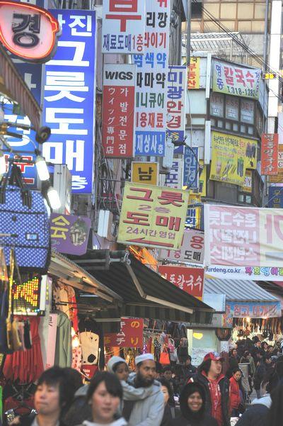 写真・図版 : いつでもごった返しているソウルの南大門市場。「トメ」(卸売り)という看板があちこちに見えます=2010年3月