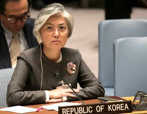 写真・図版 : 国連安保理に参加する韓国の康京和外相=2018年9月27日、ニューヨーク