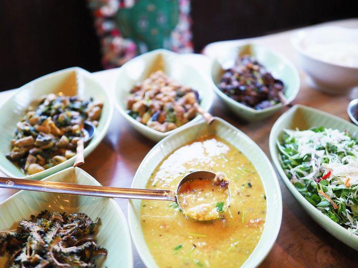 写真・図版 : 豆のこくが口いっぱいに広がるダルカレー(写真はいずれも筆者撮影)