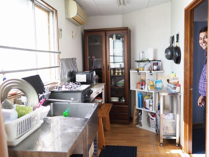 写真・図版 : ムナさんと暮らす自宅内。下の階はケーシーさんが手がけるスパイスのお店になっている