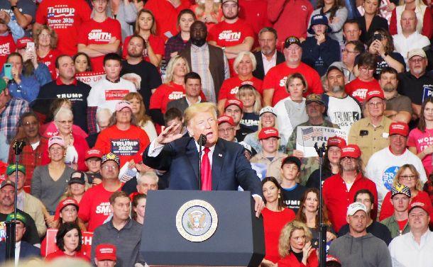 写真・図版 : 中間選挙を前に最後の演説をするトランプ米大統領=2018年11月5日、米ミズーリ州ケープジラード