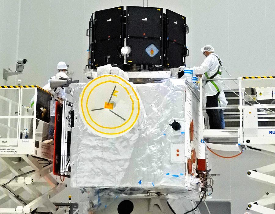 写真・図版 : JAXAのみお(写真上)とESAのMPO(下)が打ち上げ前に結合された=2018年8月、JAXA提供