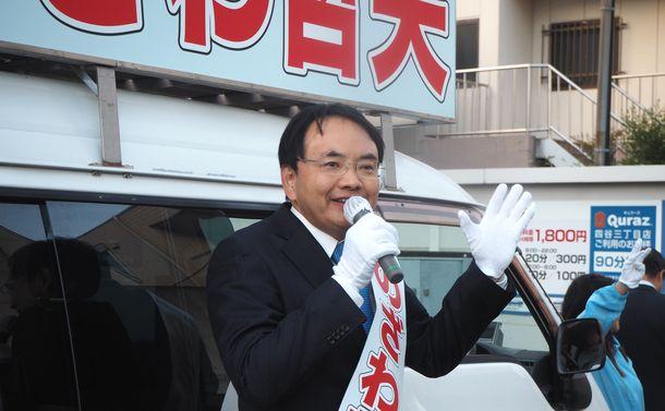写真・図版 : 住宅街で街頭演説をする野党共闘候補の野沢哲夫氏=新宿区若葉2丁目