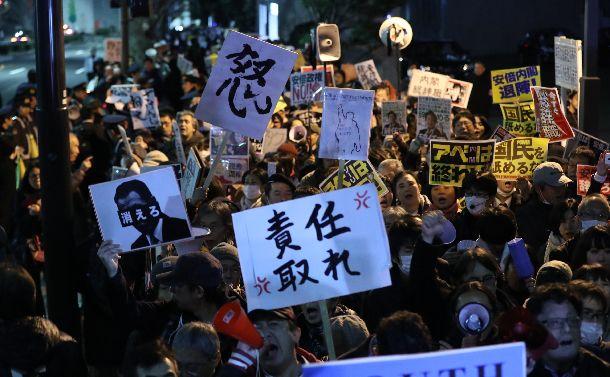 写真・図版 : 財務省の公文書改ざんに対し、首相官邸前で抗議のメッセージを掲げる人たち=2018年3月12日