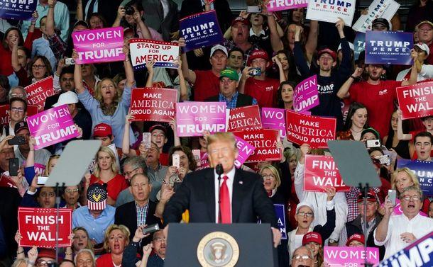 写真・図版 : 共和党の集会で、トランプ大統領の演説中に声援を送る参加者=2018年11月4日、ジョージア州メイコン