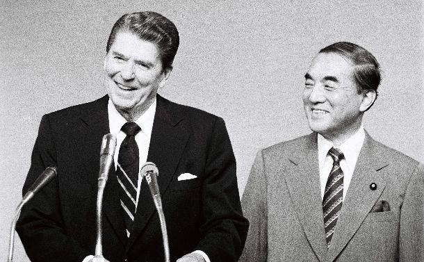写真・図版 : 日米首脳会談を終え、共同記者会見に臨む中曽根康弘首相(右)とレーガン米大統領。ロン・ヤスと呼び合う親密な仲だった=1983年11月10日、首相官邸
