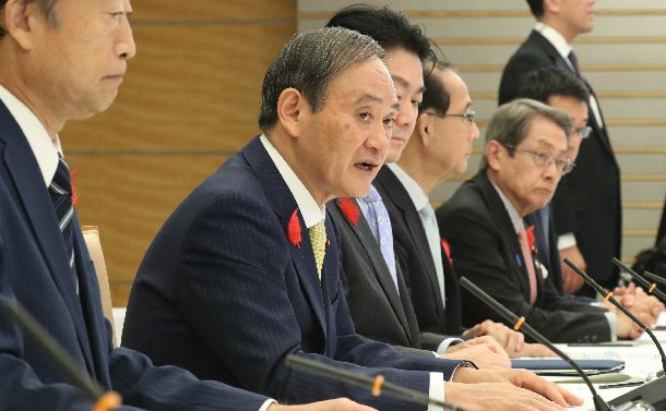 写真・図版 : 外国人材の受け入れ・共生に関する関係閣僚会議で発言する菅義偉官房長官(左から2人目)=2018年10月12日、首相官邸