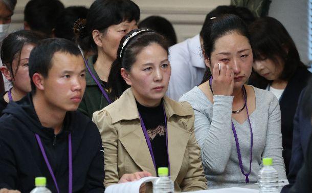 写真・図版 : 外国人労働者に関する野党合同ヒアリングに出席し、思いを述べた後、涙を拭う技能実習生(右端)ら=2018年11月8日、国会内