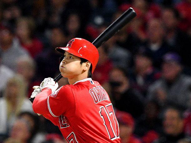 写真・図版 : 3試合連続となる本塁打を放つ大谷=2018年4月6日