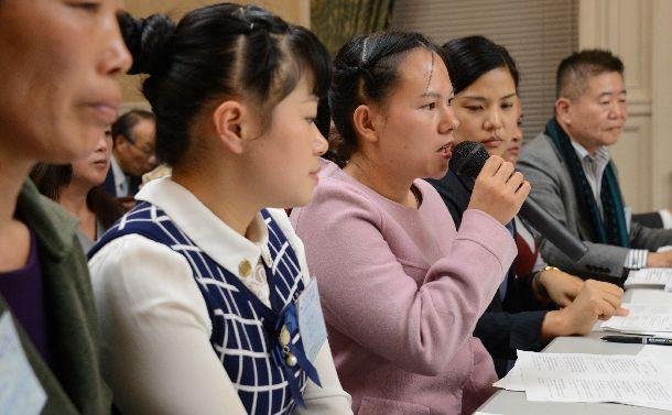外国人労働者に関する野党合同ヒアリングに出席し、思いを述べる技能実習生(左から3人目)ら=2018年11月12日、国会内
