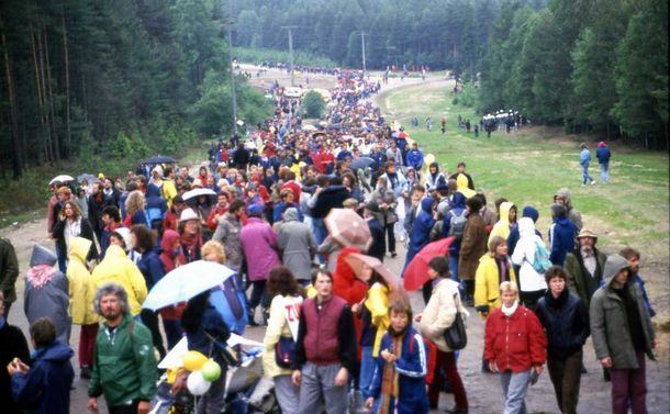 写真・図版 : バッカースドルフの再処理工場計画に反対する週末のデモにはドイツ全土から原発反対派の人々が集まった=1986年、地元住民提供