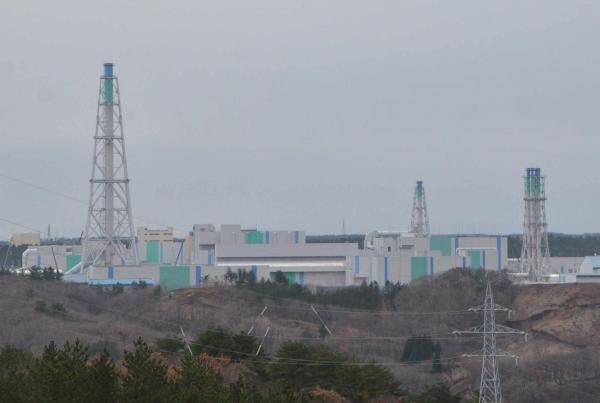 写真・図版 : 「完成」が近づく六ケ所再処理工場=2017年11月