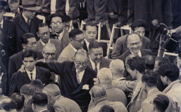 写真・図版 : 56年宣言に署名した日ソ交渉を終えて帰国した鳩山首相(中央)=1956年11月1日