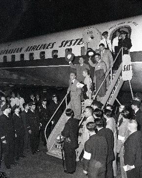 写真・図版 : 日ソ交渉のためモスクワへ出発する鳩山一郎首相(中央)。隣は安子夫人。後ろ左に河野一郎全権(左)=1956年10月7日、羽田空港