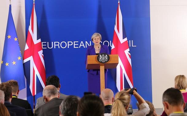 写真・図版 : EU首脳会議後、記者会見するメイ英首相 =2018年10月18日、ベルギー・ブリュッセルのEU本部、津阪直樹撮影