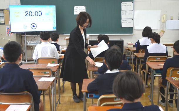 写真・図版 : 全国学力調査の開始を待つ小学6年生たち=2018年4月17日、大阪市北区