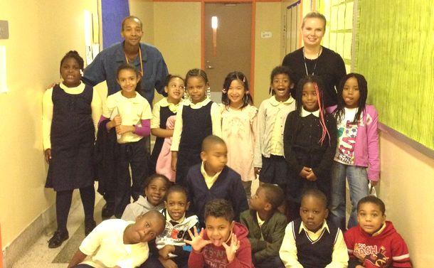 写真・図版 : 筆者の娘たちが通ったニューヨークのハーレムの小学校は8割以上の子どもたちが生活最低水準以下の生活を強いられている家庭出身だった。5人に1人はホームレスという、教育的ニーズの高い子どもたちが集まっていた(筆者撮影)