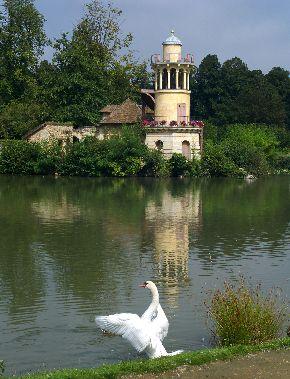 写真・図版 : ベルサイユ宮の中にある「釣り場の塔」と呼ばれる池に面した建物 。マリー・アントワネットもかつてここで遊んだだろう=2007年9月4日