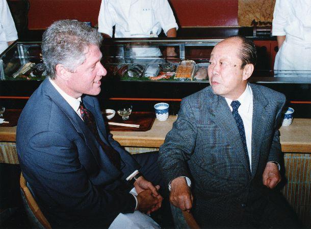 写真・図版 : サミットで来日したクリントン米大統領とすし店で話す宮沢喜一首相(右) =1993年7月9日
