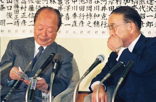 写真・図版 : 衆院選の結果を伝えるテレビを見ながら話す宮沢喜一首相(左)と話す梶山静六幹事長 =1993年7月18日、自民党本部