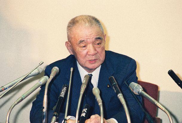 佐川急便からの5億円の資金提供を認め、副総裁辞任を表明する金丸信・自民党副総裁 =1992年8月27日、自民党本部