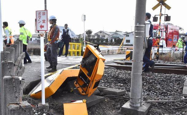 列車と車がぶつかった衝撃で倒された遮断機や踏切脇の側壁=2018年11月5日午後0時26分、群馬県伊勢崎市北千木町