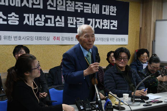 写真・図版 : 判決後の記者会見で笑顔を見せる元徴用工訴訟の原告、李春植さん(中央)=10月30日、ソウル