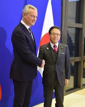 会談に先立ち、握手を交わす世耕弘成経済産業相(右)とルメール仏経済相=2018年11月22日、パリ