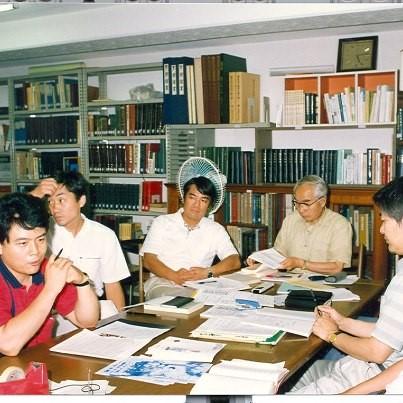 写真・図版 : 1990年ごろ青丘文庫内の研究会、右から2番目が韓晢曦、左から1番目が筆者である(筆者提供)