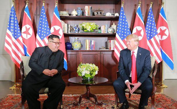 写真・図版 : シンガポールで2018年6月12日、会談するトランプ米大統領(右)と北朝鮮の金正恩朝鮮労働党委員長=朝鮮通信