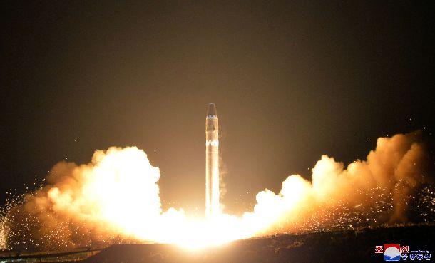 写真・図版 : 北朝鮮による大陸間弾道ミサイル(ICBM)火星15の試射。朝鮮中央通信が2017年11月30日に配信した=朝鮮通信