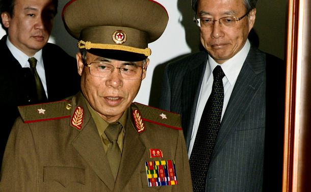 写真・図版 : 協議に向かう北朝鮮の徐大河・特別調査委員長(左)と外務省の伊原純一アジア大洋州局長=2014年10月28日、平壌