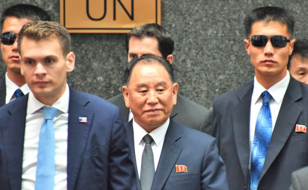 写真・図版 : 金英哲・朝鮮労働党副委員長(中央)=2018年5月31日、ニューヨーク