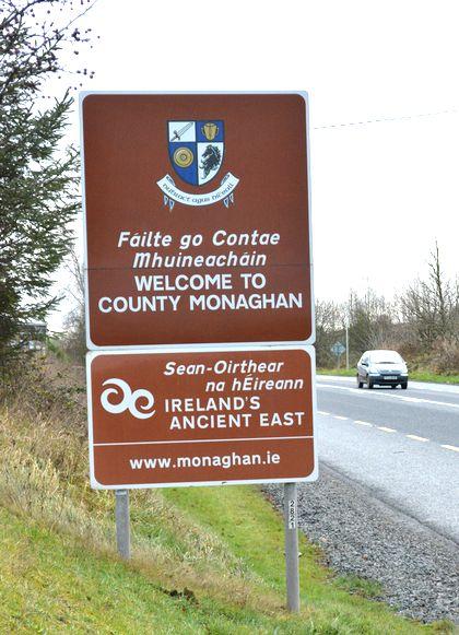 写真・図版 : 北アイルランドからアイルランド共和国モナハンに入ることを知らせる看板=2017年12月20日