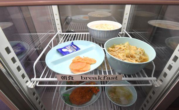写真・図版 : 2018年6月に公開された東京拘置所の朝食の一例