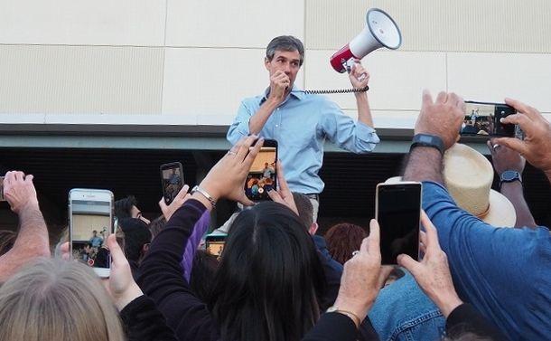 写真・図版 : 演説会場には入らず、屋外で待ち受ける支持者にハンドマイクで演説をはじめたオルーク氏=筆者撮影