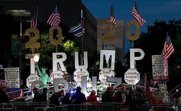 写真・図版 : テキサス州ヒューストンのトランプ氏応援演説で薄暗い早朝から支持者が並んだ=ランハム裕子撮影
