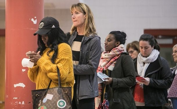写真・図版 : 首都ワシントン郊外のメリーランド州の投票所では女性やマイノリティーの有権者の姿が目立った=ランハム裕子撮影